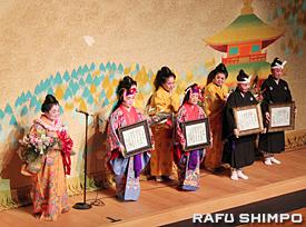 宮城能松(左端)から師範免許を手渡された(前列左2人目から)沼田美智子さん、上村多美子さんと教師免許を授与された中島理智子さん、ハヤット・艶子さん