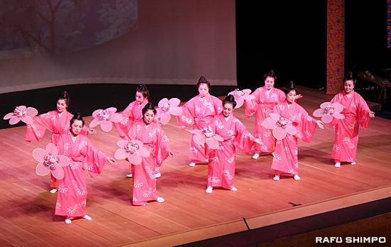 宮城能松自ら創作し、蝶と四季の花々を群舞で表現した舞踊「四季の開花」