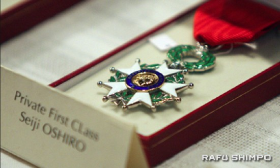 French Legion of Honor medals on display at a conferral ceremony for World War II veterans held in June. (MARIO G. REYES/Rafu Shimpo)