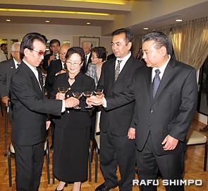 総領事表彰を祝い乾杯する(左から)比嘉さん、夫人の博子さん、長男朝博さん、次男ベンさん