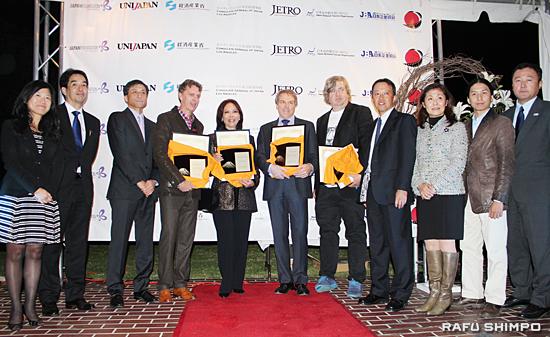 新美潤・在ロサンゼルス総領事(左から3人目)をはじめ、同賞設立に携わった関係者と受賞者