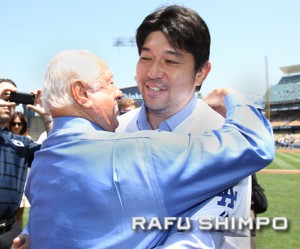 Nomo gets a warm embrace from former manager Tommy Lasorda at Dodger Stadium in August. (JUN NAGATA/Rafu Shimpo)