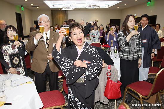 祝杯を挙げる新年会の参加者。中央が奈良会長