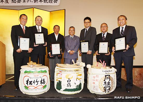 協会の活動に協力する清酒メーカー6社に対する表彰式。中央が波多野会長