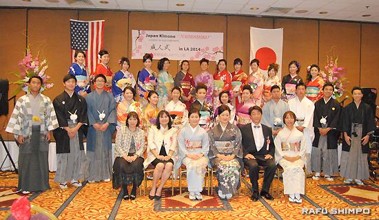 振り袖、羽織袴姿で来賓らと記念撮影に納まる新成人