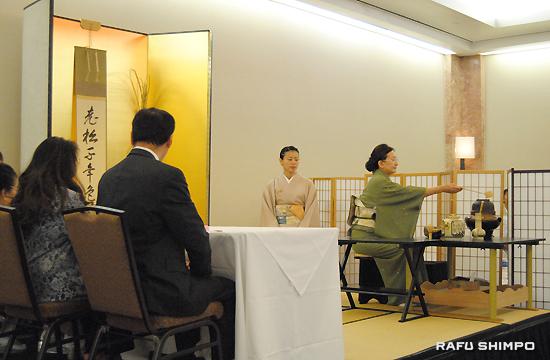 小東京のダブルツリー・ヒルトンで行われた「初点式」で倭島室長、日商の柴さんらにお茶を点てる三輪さんと半東の木谷さん