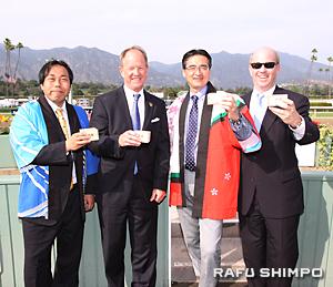 升酒で祝杯を挙げ、友好提携に意欲を示す両競馬場の関係者。左から大井の佐藤さん、サンタアニタのシーバレルさん、大井の今井さん、サンタアニタのハマリーさん