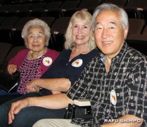Martha Furuta with daughter-in-law and son, Jan and David Furuta, at the press conference. (J.K. YAMAMOTO/Rafu Shimpo)