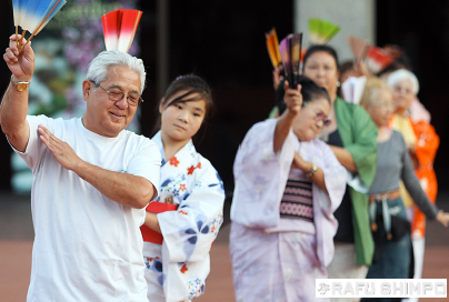Dancers learn the steps at a practice for the Nisei Week ondo in 2013. (MARIO G. REYES/Rafu Shimpo)