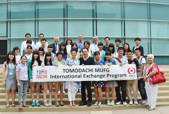 全米日系人博物館を訪問し、女優のタムリン・トミタさん(前列左から6人目)と俳優の尾崎英二郎さん(右隣)の講話を聴いた