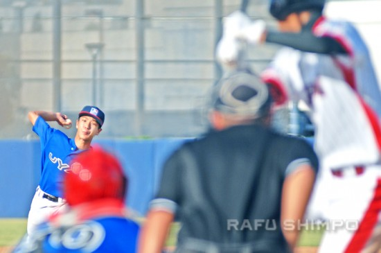 Troy Maki of the MLB Urban Youth Academy pitches to Jouichiro Maki of Japan during Sunday's finale.