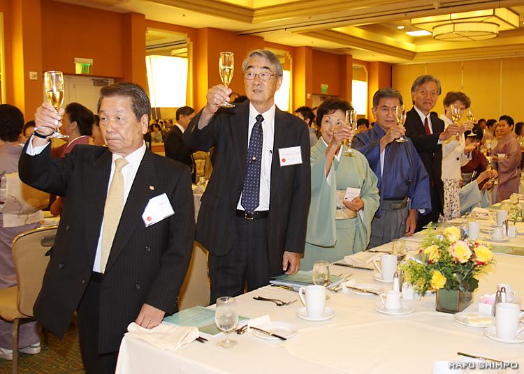 今日会副会長の小川勝義氏の音頭で乾杯する参加者