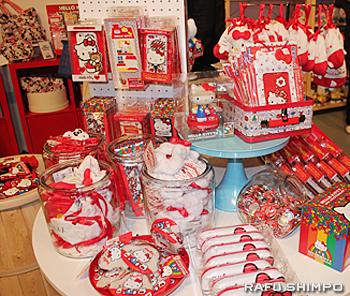 日本で販売されている商品も並んだ売店コーナー