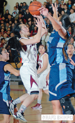 Saiki drives to the basket in the 2013 CIF Southern Section quarterfinals against Camarillo. (MIKEY HIRANO CULROSS/Rafu Shimpo)