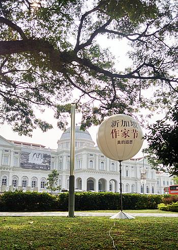 多言語表示は当たり前。国立博物館前の「シンガポール作家祭」のバルーン型看板