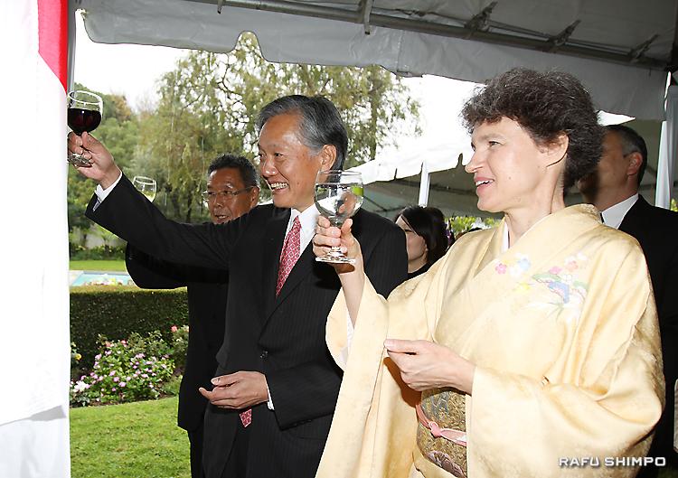 81歳になられる天皇陛下の誕生日を祝い、乾杯する堀之内総領事夫妻