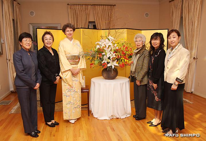 サビーン総領事夫人(左から3人目)が生けた作品を囲む、来年発足する「いけばな教授会」のメンバー