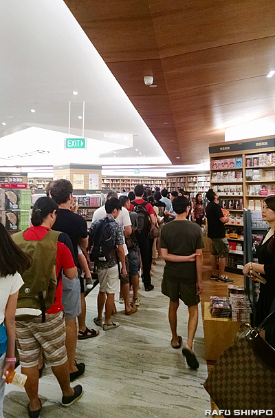 この長い列は、レジ待ちの客。シンガポール人は本が好き(紀伊國屋で)