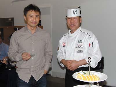 会員にすしを振る舞った「Sushi Chef Institute」のアンディー・松田さん(右)と会員の二村健次さん