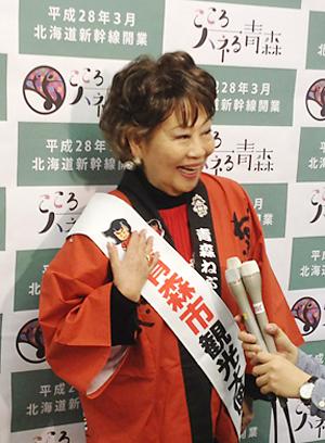 青森市観光大使に就任し、地元メディアの質問に答える奈良さん