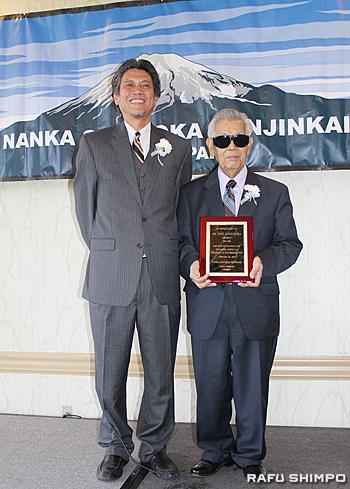 長年の尽力をたたえ蒲原氏(左)から柴邦雄前会長に記念品が贈呈された