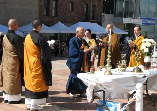 Bishop Noriaki Ito of HIgashi Honganji led the Los Angeles Buddhist Federation service.