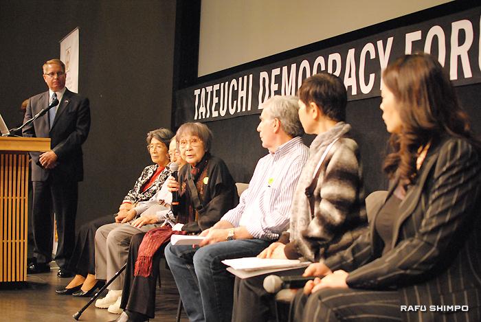 参加者からの質問に答える米国広島長崎原爆被爆者協会の据石和会長(中央)