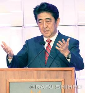 Abe delivers his remarks at the Biltmore. (JUN NAGATA/Rafu Shimpo)