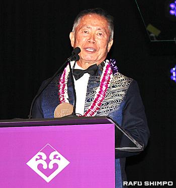 日系人の歴史を世代を超えて語り継がなければならないと語るタケイ氏