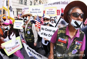 """Hundreds of protesters turned out at the Biltmore Hotel, to draw attention to issues such as Japan's wartime occupations and the use of """"comfort women"""" for Japanese soldiers. (MARIO G. REYES/Rafu Shimpo)"""