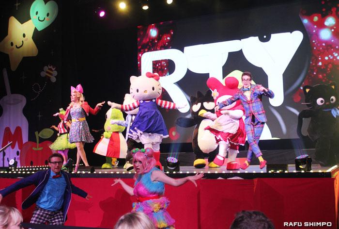 サンリオのキャラクターたちと一緒に軽快なリズムでダンスを披露するハローキティ