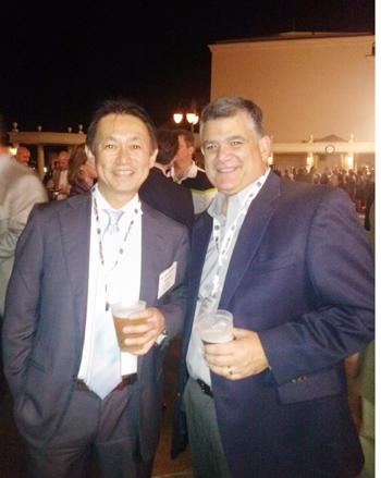 2013年に行われた全米卸大会後のパーティーで同社ディレクターのカルロス・セオニ氏(右)と大類社長(サッポロUSA社提供)