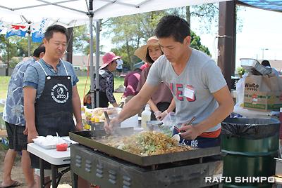 故郷広島の味を求め、「おたふくフーズ」のソースで作った焼きそばは人気を呼んだ