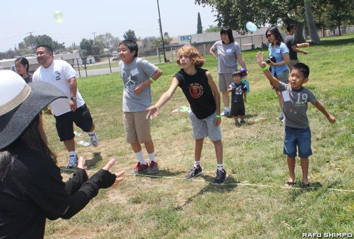 ゲーム大会で水風船投げを楽しむ会員たち