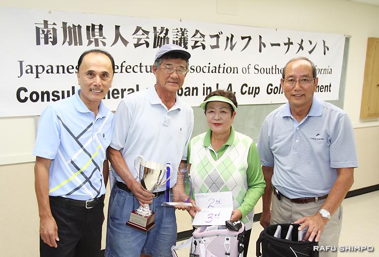 第13回総領事杯の表彰式。左から森大会委員長、優勝者高木さん、秋田県人会顧問の鈴木さん(2位冨野さん、3位ローレン・鈴木さんの代理)と小林会長