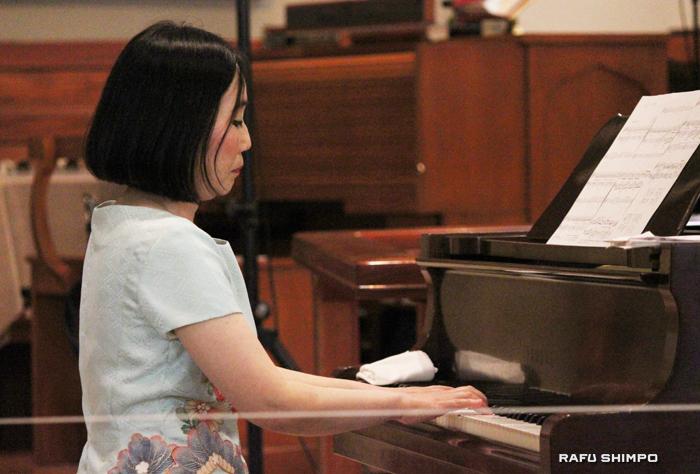 懐かしのメロディーを演奏するピアニストの小川弘子さん