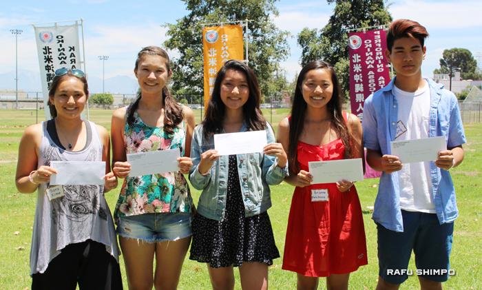 左から奨学金受賞者のカイムさん、アノットさん、ハナさん、カキハラさん、チャングさん
