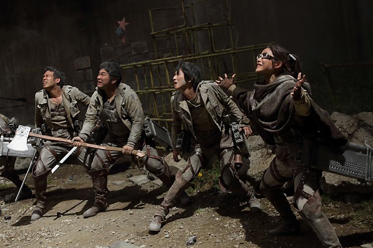 巨人と戦う調査団の団員©FUNimation Entertainment