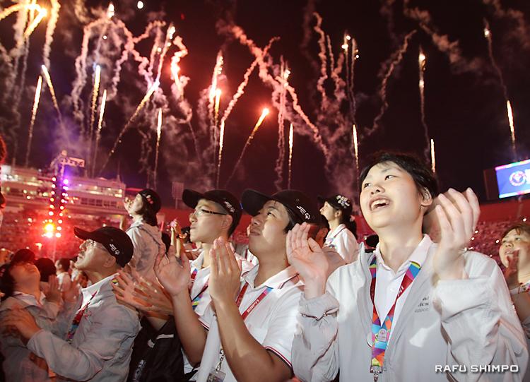 打ち上げ花火に歓喜して拍手を送る日本選手。右が木村綾さん