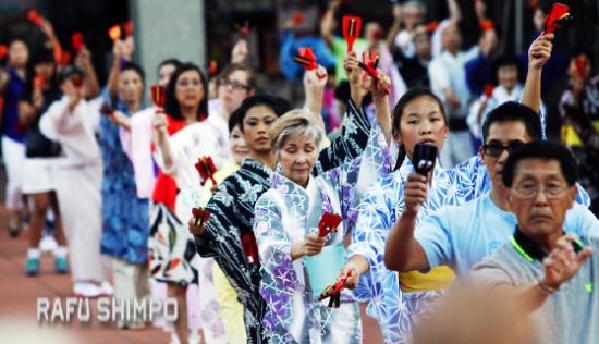 Dancers practice in JACCC Plaza for the Nisei Week Grand Parade. (MARIO G. REYES/Rafu Shimpo)