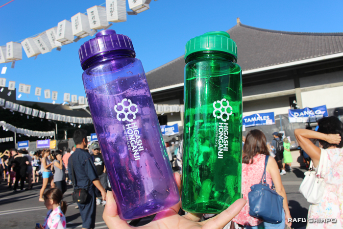 東本願寺特製のペットボトル。このボトルを買ってドリンクを入れてもらうとその代金がディスカウントされ、初日で完売する人気ぶりだった。