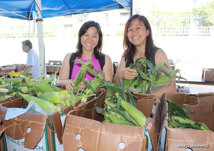 残ってしまったファーマーズマーケットの野菜や果物、出店の食べ物は非営利団体「Food Finders」引き取って、低所得者やホームレスの家族を支援しているセンターに提供した