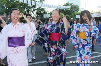カラフルな浴衣を来て盆踊りを楽しむ女の子3人組