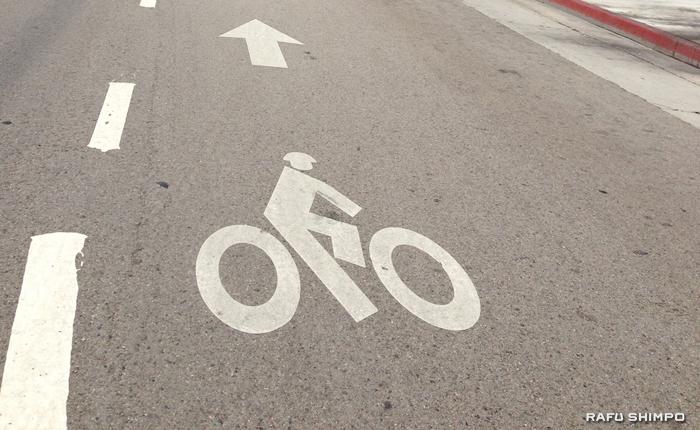 自転車専用車線があることを知らせる道路標示
