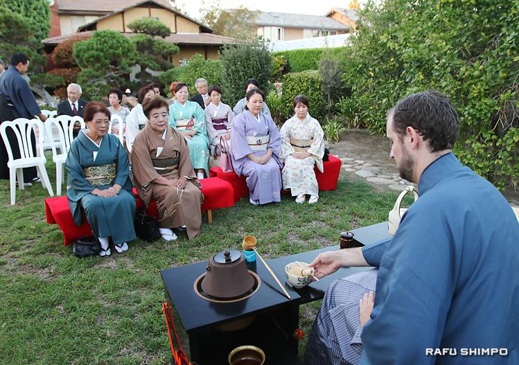 表、裏両千家、小笠原煎茶道などの茶人はもとより、書家や日本舞踏家など文化人が多く参加した野点。点前は、ポール・ニューカムさん(右)