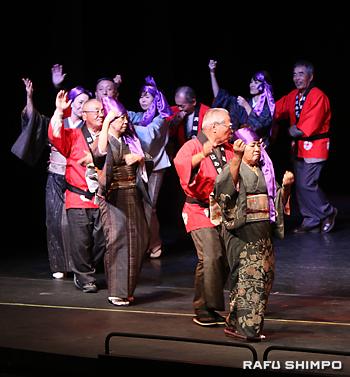 ステージに上がり、島唄に合わせて踊る参加者