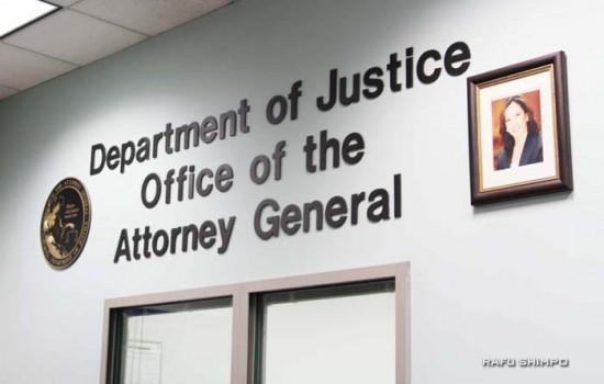州司法省のロサンゼルス事務所の正面入り口。カマラ・ハリス長官の写真が掲示されている