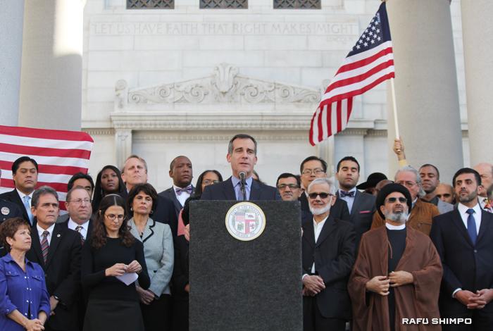 イスラム教徒への憎悪犯罪の増加を受け、宗教からくる差別をなくすよう訴えるLA市のガーセッティー市長(中央)と、LA地区の各宗教団体の代表者や市議メンバーら=13日