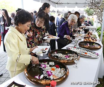 招待客には、すしなどの和食が振る舞われた