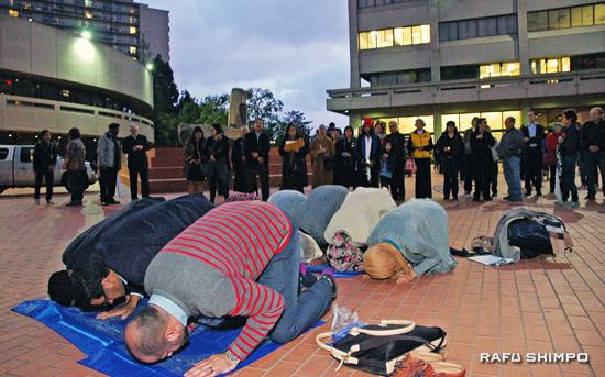 Muslim participants pray in JACCC Plaza. (MIKEY HIRANO CULROSS/Rafu Shimpo)
